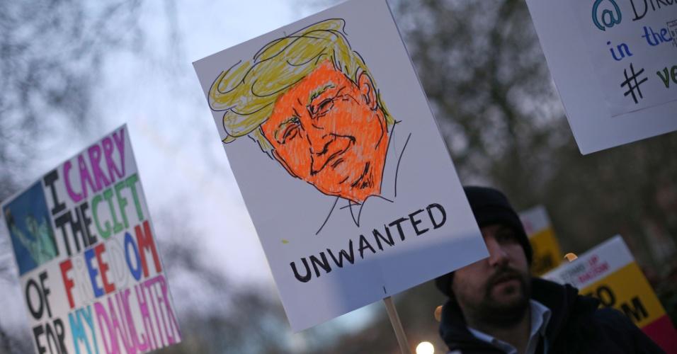 """20.jan.2017 - """"Trump indesejável"""", diz cartaz de manifestante diante da Embaixada dos EUA em Londres, na Inglaterra"""
