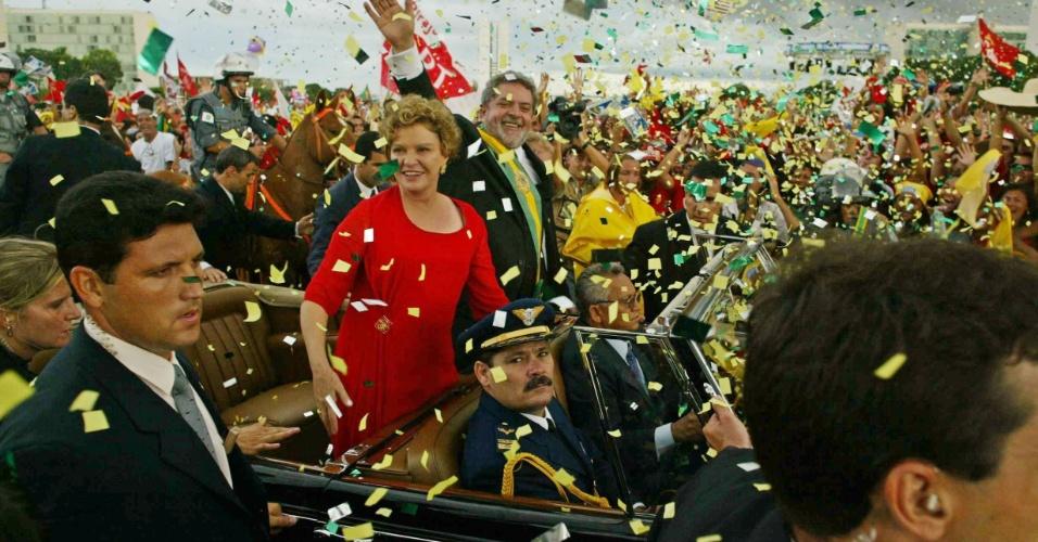 01.jan.2003 - Marisa Letícia e Lula desfilam na posse do presidente