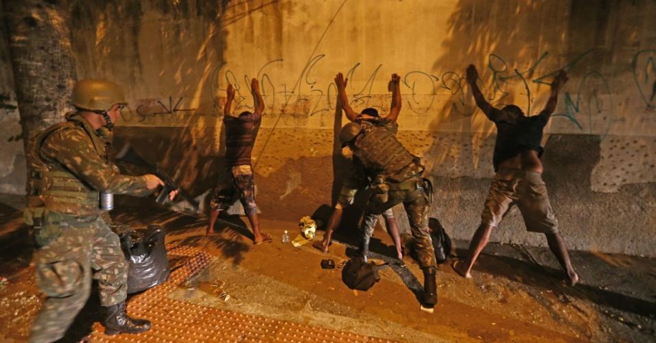 6.fev.2016 - Soldados do Exército do 38º Batalhão de Infantaria realizam patrulhamento nas ruas de Vitória (ES), nesta segunda-feira