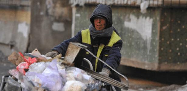 Zhao Yongjiu ganha a vida limpando as ruas de Shenyang, na China
