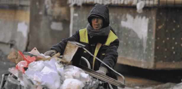 Zhao Yongjiu ganha a vida limpando as ruas de Shenyang, na China - Reprodução/ People