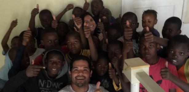 Os dentistas Filipe Fujita e Aline Rovaron em trabalho voluntário no Haiti
