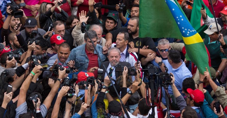 Militantes cercam o ex-presidente Luiz Inácio Lula da Silva, que é réu na Lava Jato, na sua chegada ao prédio da Justiça Federal, no bairro Ahú, em Curitiba (PR)