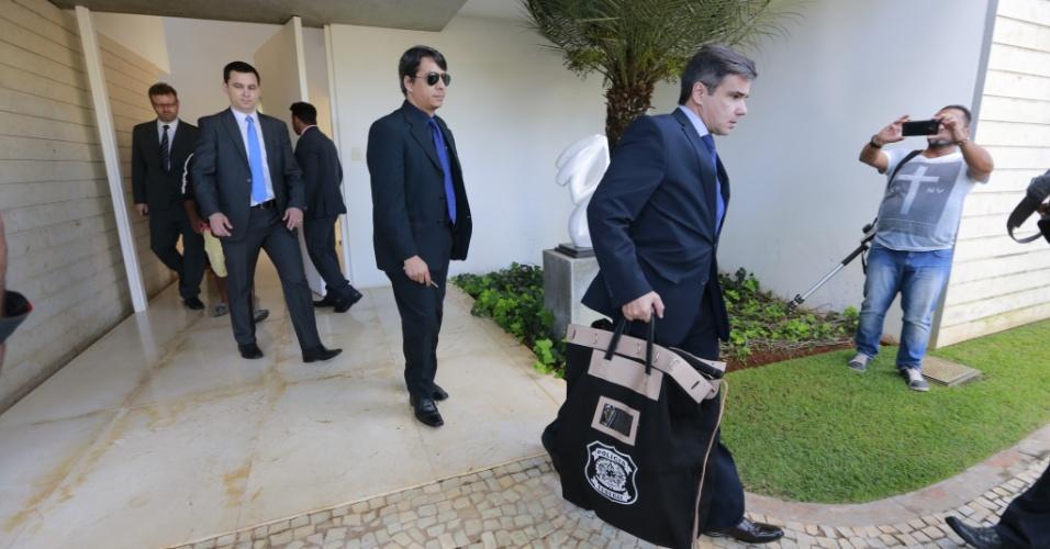 18.mai.2017 - Agentes da Polícia Federal deixam casa do senador Aécio Neves (PSDB-MG) ao cumprirem mandado de busca e apreensão, no Lago Sul, em Brasília, na manhã desta quinta-feira (18). O procurador-geral da República, Rodrigo Janot, pediu a prisão do presidente nacional do PSDB, Aécio Neves (MG), mas o ministro Edson Fachin considerou que esta é uma decisão que cabe ao plenário do Supremo Tribunal Federal. Fachin determinou o afastamento de Aécio do mandato de senador