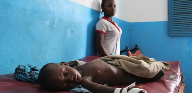Sunday Dahn, 2, deitado em um posto de saúde rural, na Libéria