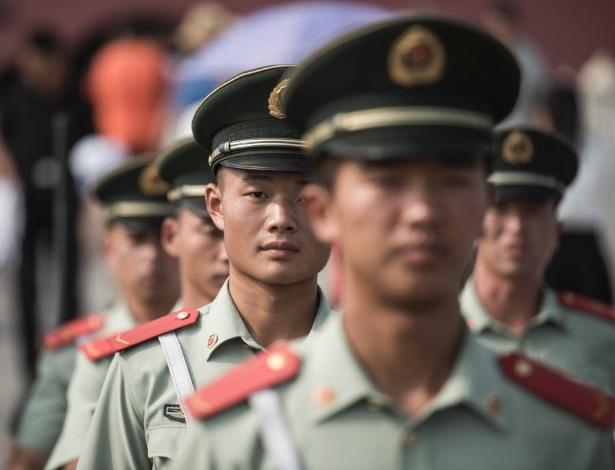 Soldados chineses em dia de comemorações em Pequim  - AFP