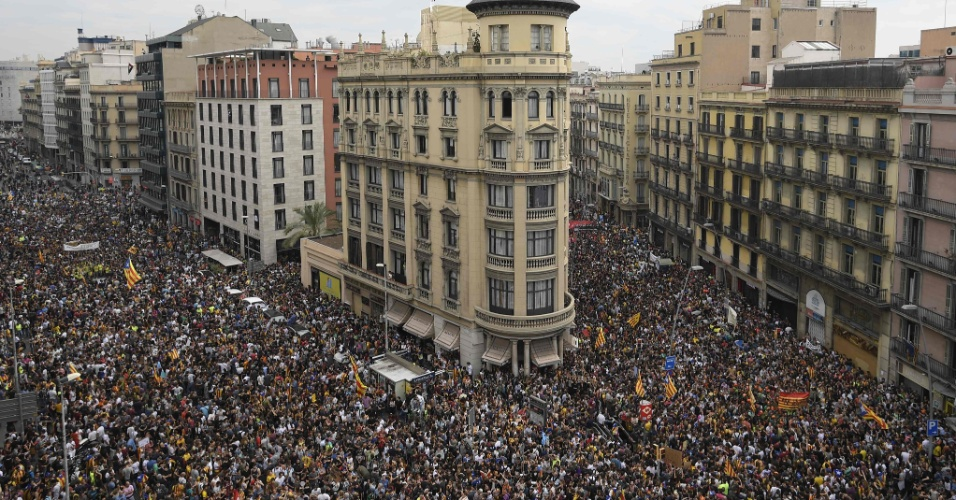 3.out.2017 - Protesto contra violência durante referendo reúne milhares de catalães na Placa de la Universitat, em Barcelona