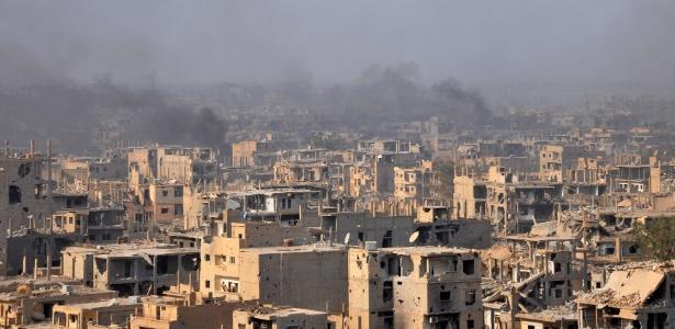 2.nov.2017 - Fumaça sobre a cidade síria de Deir Ezzor durante operação das forças sírias contra o Estado Islâmico