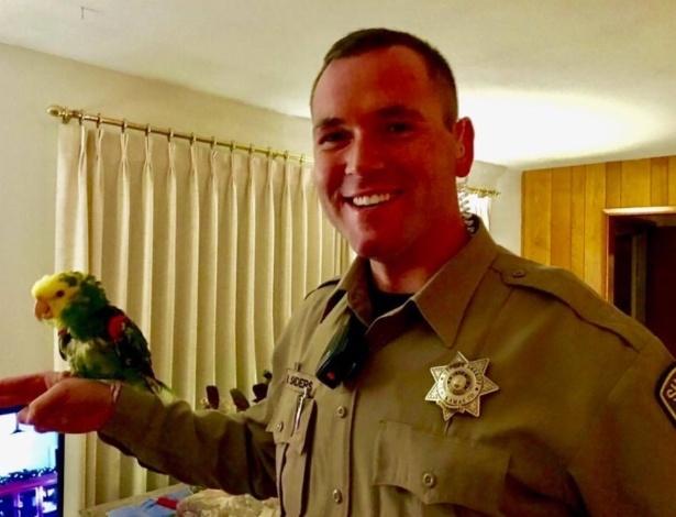 Quando o policial entrou na residência ele descobriu que o pedido de socorro vinha de um papagaio chamado Diego