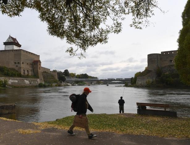 Margens do rio Narva e, mais ao fundo, uma ponte que atravessa a cidade russa de Ivangorod, em Narva, na Estônia