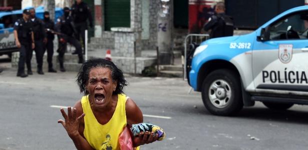 13.jan.2018 - Mulher desespera-se durante confusão em meio a operação da PM na Mangueira