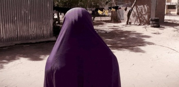 Na Nigéria, o grupo Boko Haram sequestra meninas e jovens para obrigá-las a realizar ataques suicidas