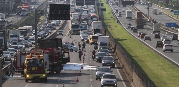9.fev.2018 - Um caminhão carregado com bobinas pegou fogo no sentido São Paulo da Rodovia Anhanguera, na altura do km 104, em Campinas