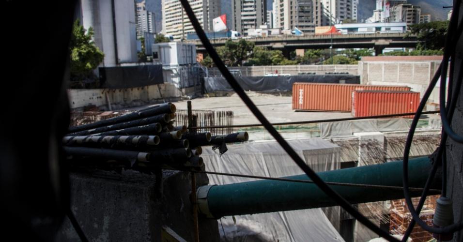 22.mar.2018 - Imagem mostra abandono no canteiro de obras da estação Bello Monte, do metrô de Caracas, na Venezuela