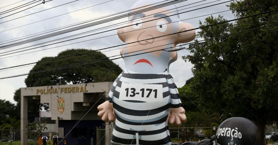 Manifestantes contrários ao ex presidente Lula inflam Pixuleco gigante em frente a sede da Polícia Federal em Brasília