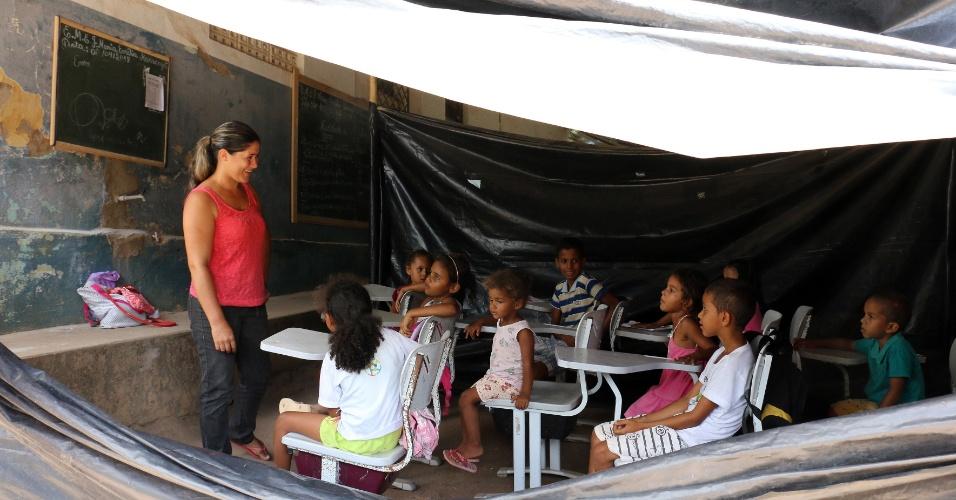 """5.abr.2018 - Fabiana Batista, professora voluntária, defende a permanência dos alunos nas escolas antigas. """"Dói muito presenciar essa cena"""", conta"""