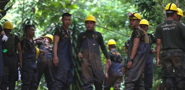 5.jul.2018 - Equipes de resgate correm para preparar a área em caverna da Tailândia e executar o plano de salvamento do grupo em função das chuvas que se aproximam - REUTERS/Athit Perawongmetha
