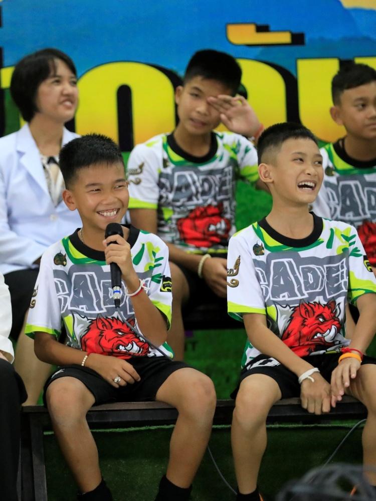18.jul.2018 - Um dos  12 jogadores de futebol sorri ao explicar sua experiência na caverna durante a entrevista coletiva na província de Chiang Rai, no norte da Tailândia