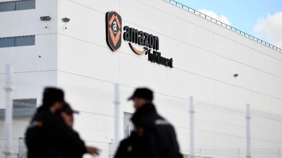 Grupo de policiais acompanha greve de funcionários da Amazon na Espanha - Oscar Del Pozo/AFP