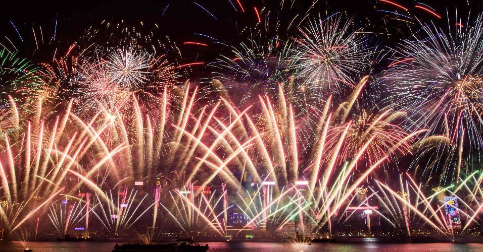 31.dez.2018 - Queima de fogos no Porto Vitória celebra o Ano-Novo em Hong Kong, na China