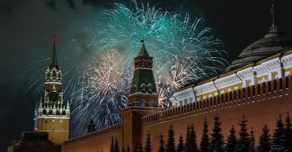 Fogos de artifício são vistos na praça Vermelha, em Moscou, durante comemorações de Ano-Novo