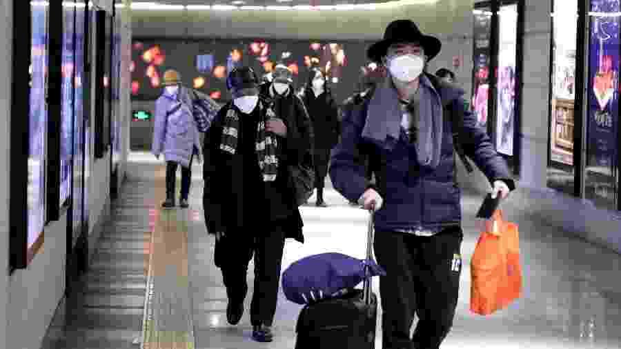 21.jan.2020 - Chineses usam máscaras respiratórias no metrô de Pequim - Jason Lee/Reuters