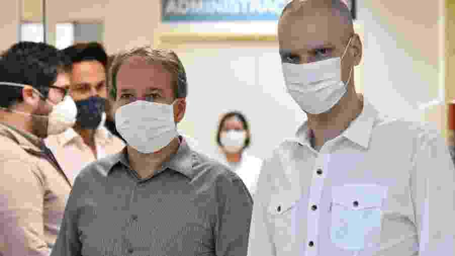 18.abr.2020 - O prefeito Bruno Covas visita instalações dos novos leitos para paciente com coronavírus no Hospital Municipal da Bela Vista, no centro de São Paulo, ao lado do secretário municipal de Saúde, Edson Aparecido - ROBERTO CASIMIRO/FOTOARENA/FOTOARENA/ESTADÃO CONTEÚDO