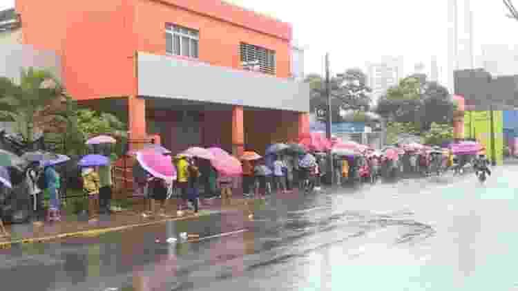 Beneficiários enfrentam chuva e filas para sacarem auxílio-emergencial - Reprodução - Reprodução
