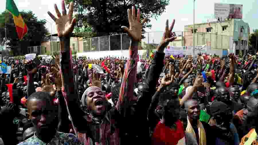 Manifestantes protestam contra o o presidente Ibrahim Boubacar Keita em Bamako, capital do Mali, nesta sexta-feira (10) - STRINGER/REUTERS