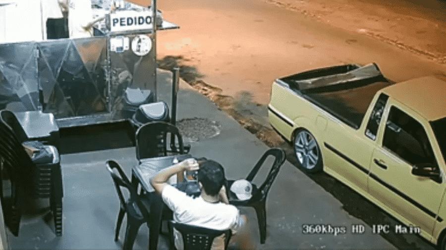 Imagem de uma câmera de segurança mostra uma cliente arrancando cabelo e colocando em lanche. Depois, ela reclamou com o vendedor. O caso aconteceu em Mandaguaçu (PR) - Reprodução/TV RPC