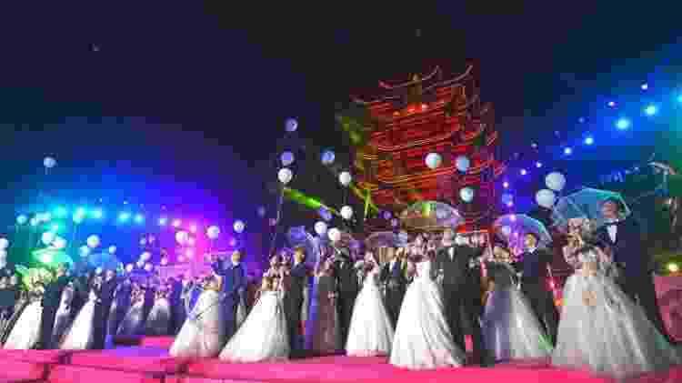 Em outubro, 38 casais foram a um casamento coletivo; alguns deles tinham adiado seus casamentos devido ao coronavírus - Getty Images - Getty Images