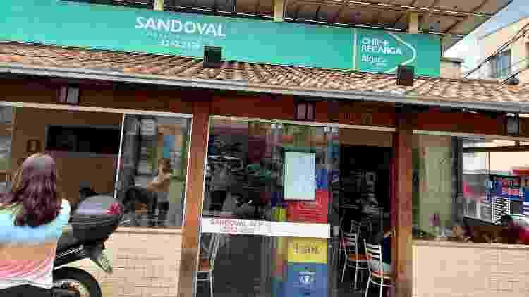 Fachada do Bar do Sandoval chegou a funcionar sem porta. No enterro do pai, donos se revezaram para manter o local aberto - Amaury Ribeiro Jr//UOL - Amaury Ribeiro Jr//UOL