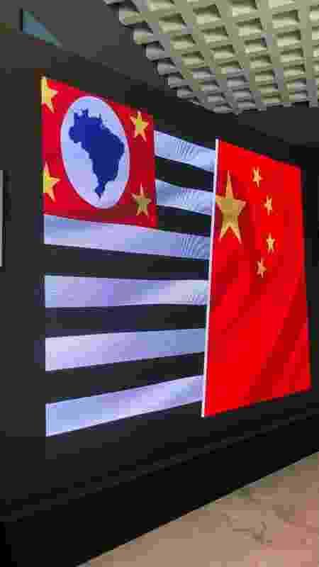 Telão do Palácio dos Bandeirantes exibe bandeiras de São Paulo e da China durante coletiva - Lucas Borges Teixeira/UOL - Lucas Borges Teixeira/UOL