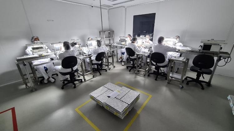 19.02.2021 - Setor responsável pela revisão dos frascos de CoronaVac no Instituto Butantan - Leonardo Martins/UOL - Leonardo Martins/UOL
