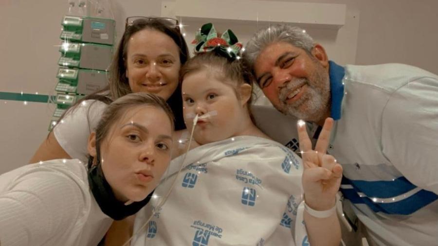 Maria Clara com a família em recuperação no hospital  - Arquivo Pessoal