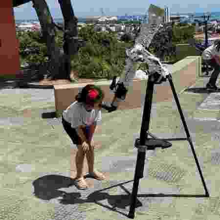 Nicolinha observa, em 2019, Mercúrio  - CEAAL/Divulgação - CEAAL/Divulgação