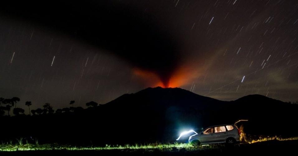 13.jul.2015 - Monte Raung expele cinzas e lava em Java Oriental, na Indonésia. Companhias aéreas da Austrália cancelaram vários voos para o aeroporto de Denpasar, na ilha turística de Bali, devido à nuvem de cinzas. As autoridades indonésias mantiveram os aeroportos abertos