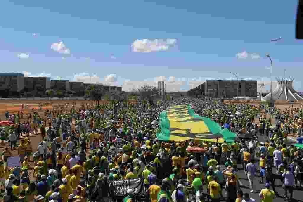 16.ago.2015 - Manifestantes protestam contra o governo da presidente Dilma Rousseff, em Brasília, na manhã deste domingo (16) - lan Marques/Folhapress
