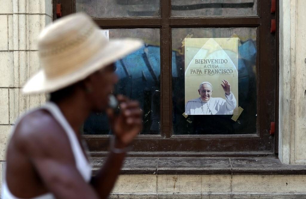 17.set.2015 - Cubano passa por pôster com a imagem do papa Francisco em uma rua em Havana, em Cuba. O papa Francisco começará no próximo sábado (19) sua 10ª viagem internacional, um périplo que o levará a Cuba e aos Estados Unidos durante nove dias, nos quais fará 26 discursos