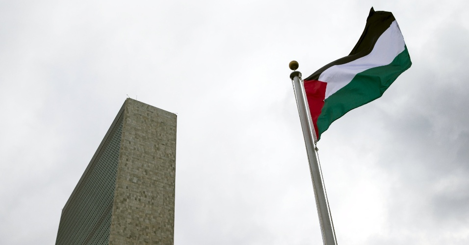 30.set.2015 - A bandeira palestina é hasteada pela primeira vez em frente às Nações Unidas, em Nova York. O símbolo nacional foi estendido pelo presidente da Autoridade Palestina, Mahmoud Abbas, durante Assembleia Geral da ONU. Resolução aprovada recentemente pela entidade permitiu que as bandeiras palestinas e do Vaticano, considerados países observadores, fossem hasteadas