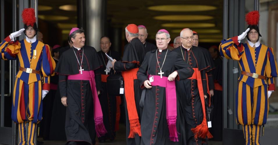 6.out.2015 - Cardeais e arcebispos no segundo dia do Sínodo da Família, encontro de religiosos católicos que discutem as posições da Igreja sobre assuntos como divórcio e homossexualismo