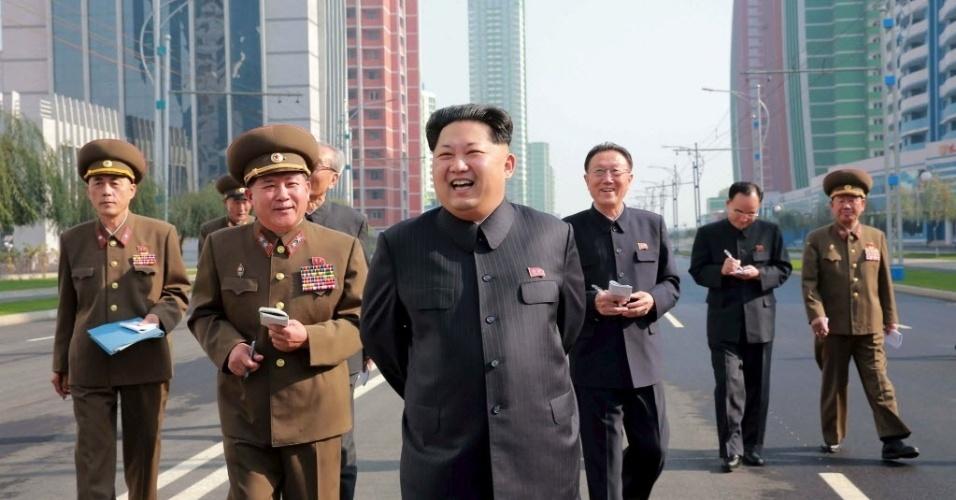 21.out.2015 - Ditador norte-coreano Kim Jong-um inspeciona a rua Cientistas Mirae, em Pyongyang, em foto divulgada pela Agência de Notícias estatal (KCNA)