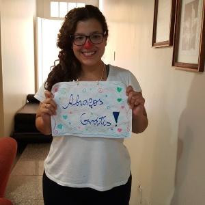 A estudante Ana Luíza está levando alegria para as vítimas do rompimento das barragens em Minas Gerais