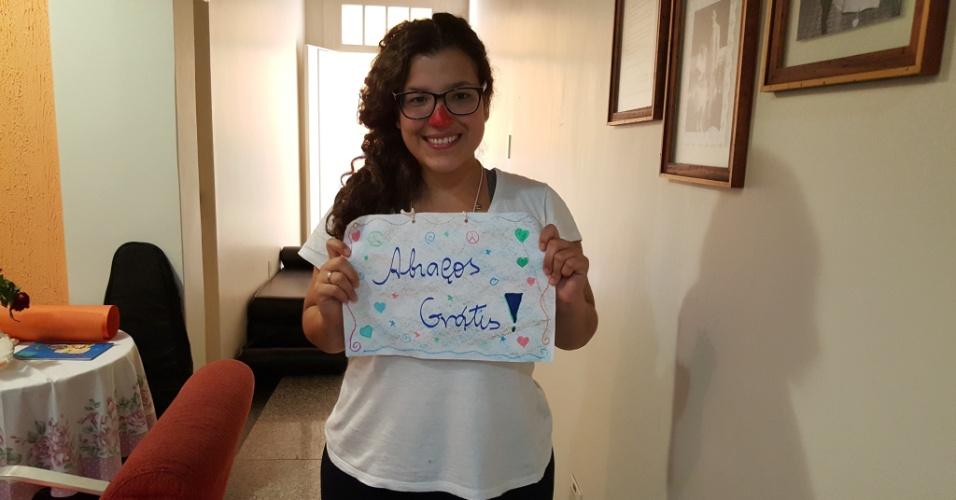 7.nov.2015 - A estudante Ana Luíza está levando alegria para as vítimas do rompimento das barragens em Minas Gerais