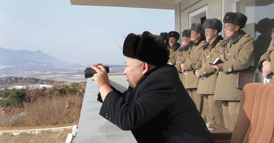 24.dez.2015 - Kim Jong-un observa manobras das unidades 526 e 671 do Exército Popular da Coreia do Norte, em local não divulgado. Desde dezembro de 2011 ele comanda o país