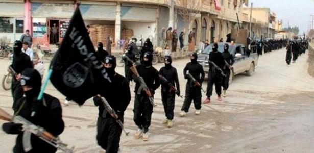 Um grupo de homens vestidos de preto, levando espadas e bandeiras negras, invadiu o mercado de Karbala, a cerca de cem quilômetros ao sul de Bagdá, matando crianças, mulheres, idosos e adultos