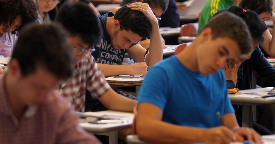 10.jan.2016 - Estudantes realizam prova da segunda fase do vestibular da Fuvest durante a tarde deste domingo na Universidade de São Paulo, zona oeste da capital