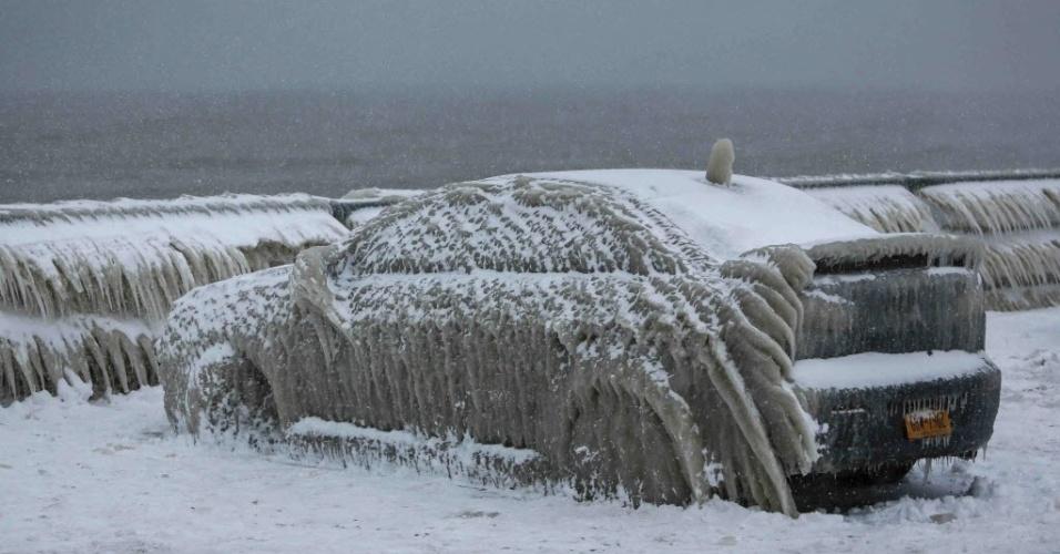 12.jan.2016 - Um homem deixou seu carro estacionado próximo a um restaurante na beira de um lago na cidade de Hamburg, no Estado de Nova York (Estados Unidos), no último domingo (10). Quando voltou, no dia seguinte, seu Mitsubishi Lancer estava coberto por neve oriunda de água do Lago Erie que virou gelo por causa das baixas temperaturas