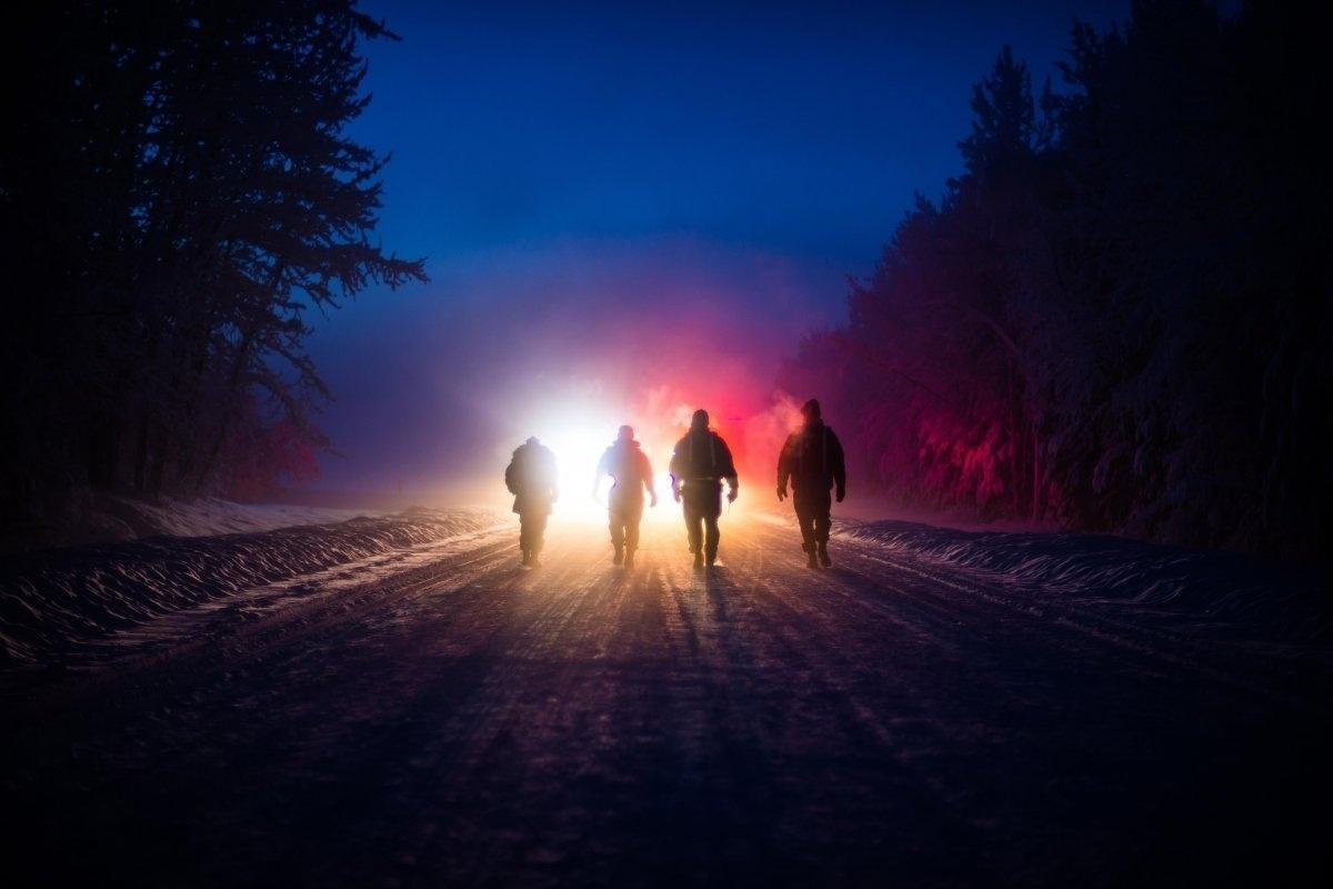 13.jan.2016 - Membros de uma equipe de inspeção da Força Aérea dos Estados Unidos caminharam em direção aos socorristas em um grande exercício para aprender como responder à acidentes na base aérea de Eielson, no Alasca, em janeiro de 2015. A foto está na lista das melhores imagens da Força Aérea americana tiradas em 2015 e selecionadas pelo site Business Insider