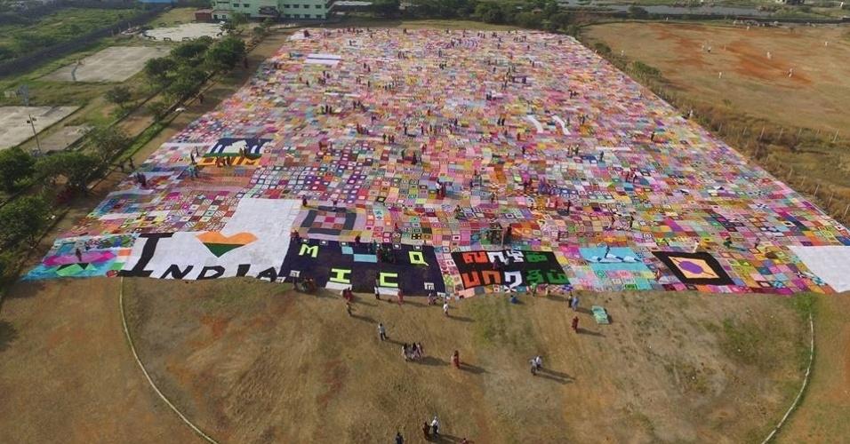 31.jan.2016 - Mais de 2.000 mulheres trabalharam juntas por seis meses para quebrar o recorde de maior cobertor de crochê do mundo, produzindo uma colcha de 11.148 metros quadrados que poderia facilmente cobrir um campo de futebol